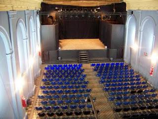 El espacio del escenario fue remodelado gradualmente para mejorar la comodidad del público y los trabajadores