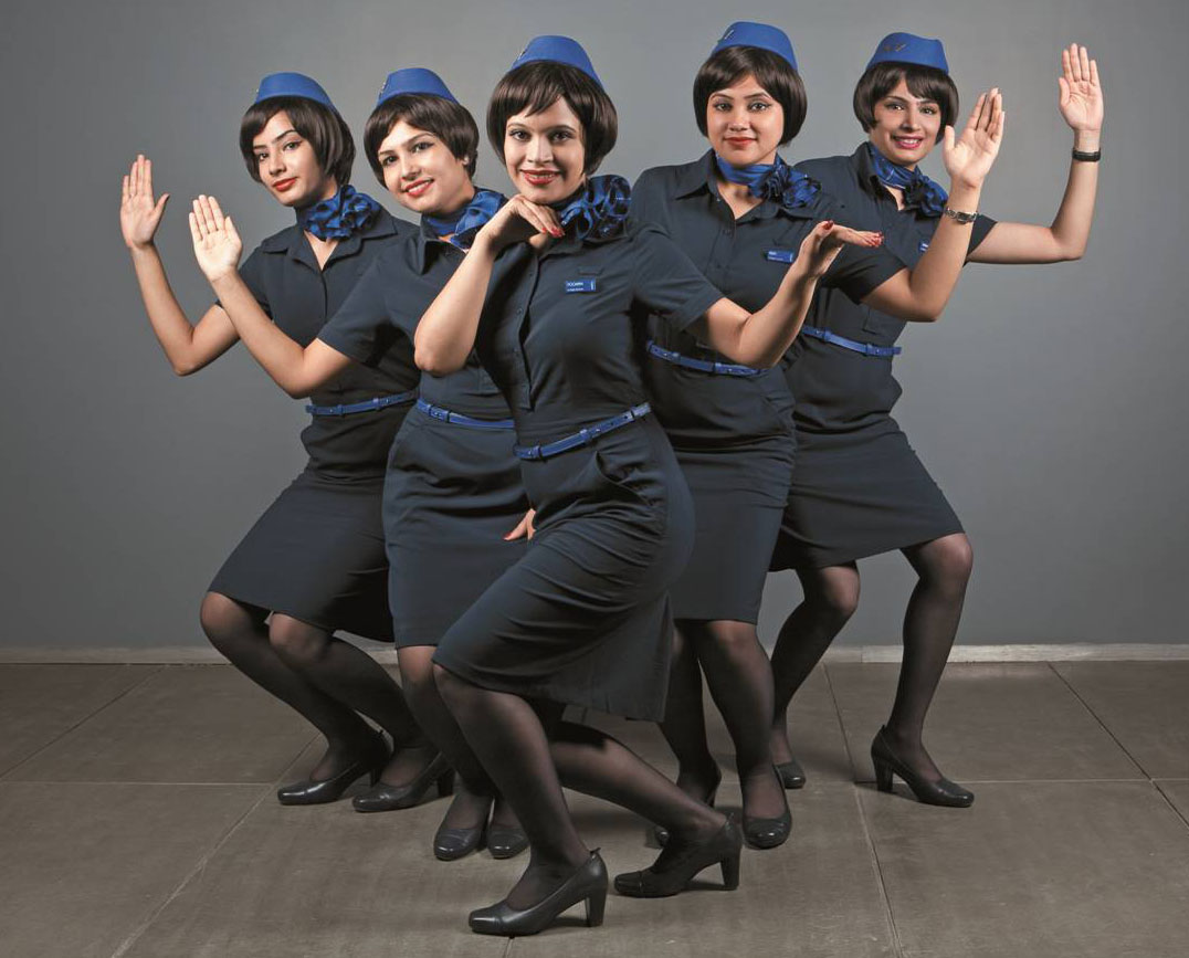 Horny stewardess offers its services