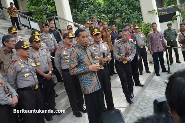 Presiden Jokowi bersama para polisi