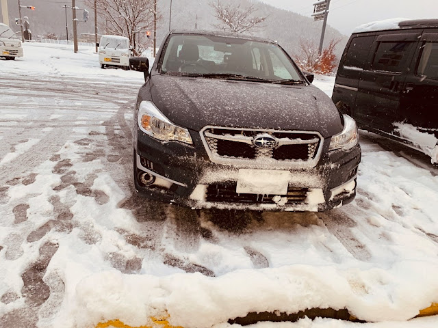 前車牌被雪覆蓋