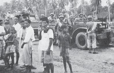 Patroli pasukan polisi Brigade Mobil dalam melaksanakan tugas pemulihan keamanan di Aceh Timur pada tahun 1954.