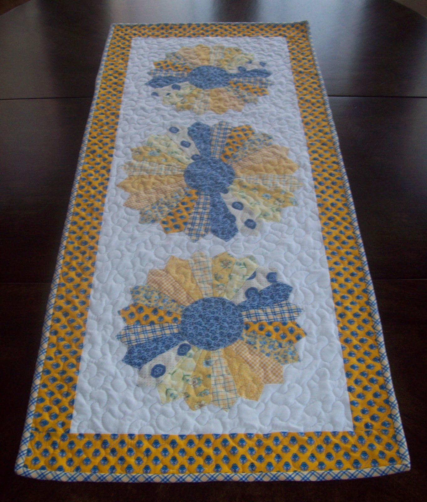 My Quilt Diet...: Dresden Plate Table Topper