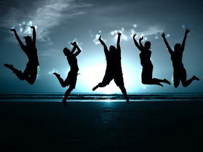 kelompok orang melompat di pantai