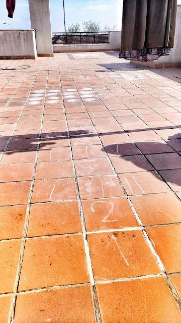 Juegos infantiles (rayuela, 3 en raya, twistter...) pintados con tiza en la azotea.