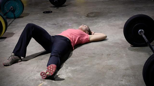 seorang pria tengah kelelahan setelah berolahraga di gym