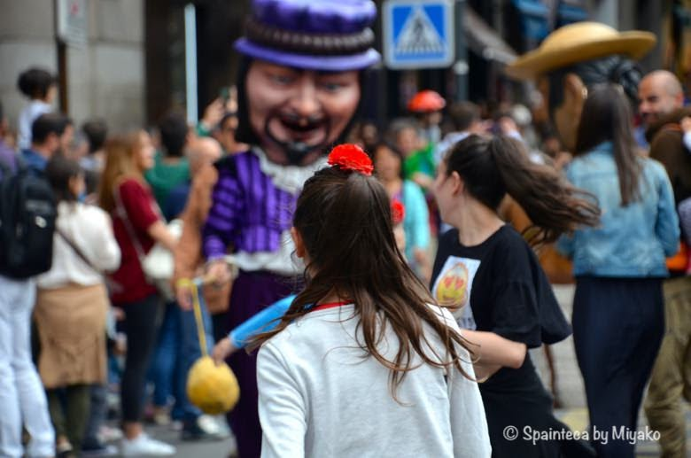 お祭りを楽しむヨーロッパの少女