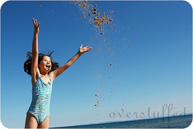 Beach photo pose idea—throwing sand