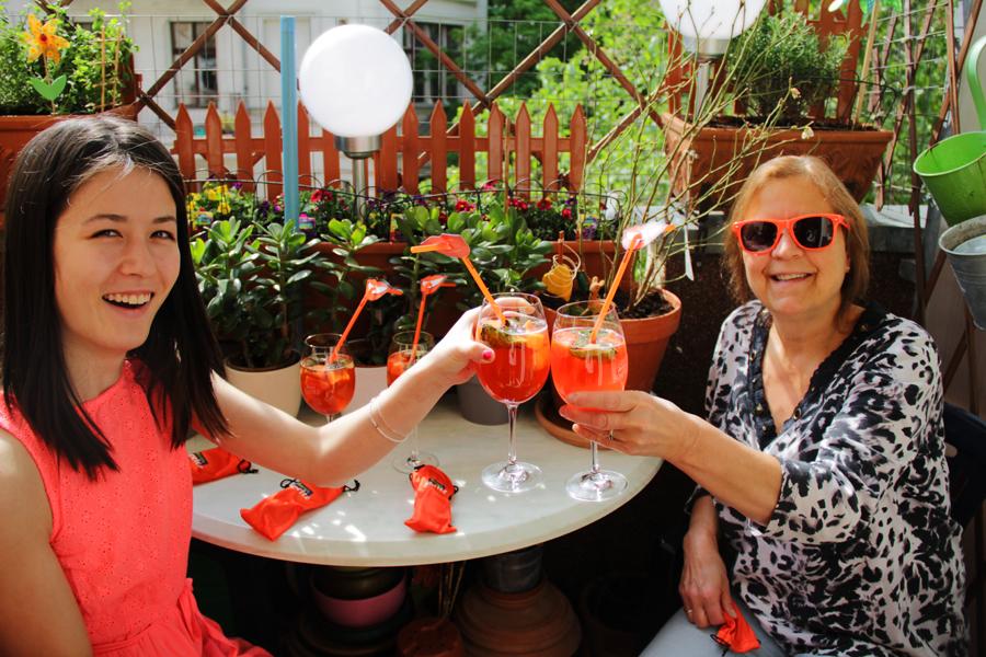 feiern anstoßen aperol spritz