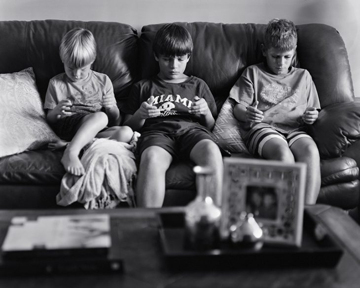 Un fotógrafo borró los teléfonos de sus fotos para mostrarnos la cruda verdad en la que vivimos