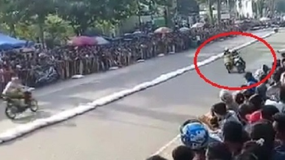 Viral! Video Pembalap Wanita Saling Sikut Hingga Terseret di Aspal