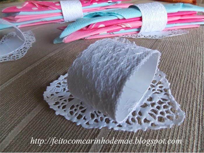 porta guardanapo com toalha rendada de papel em formato de coração