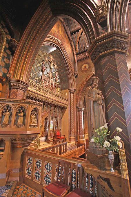 A igreja de St Giles em Cheadle é um exemplo da arquitetura de Pugin