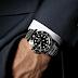 James Bond no usa el reloj más apropiado con su atuendo