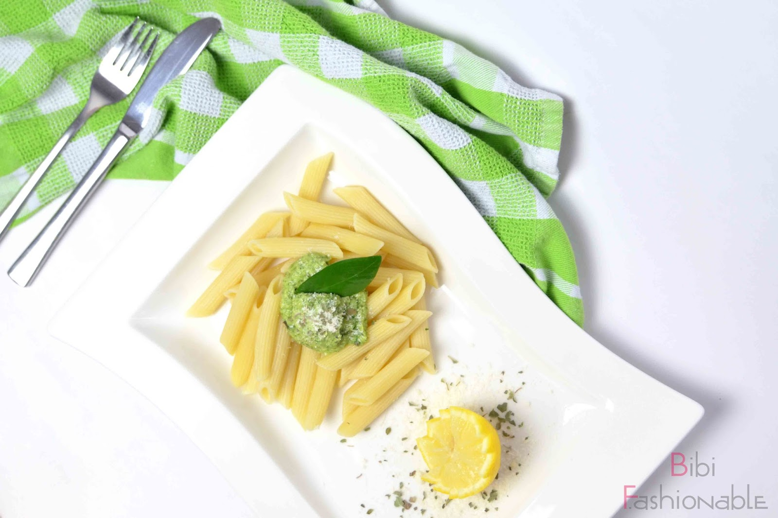 schmackhaftes Avocado-Pesto oben