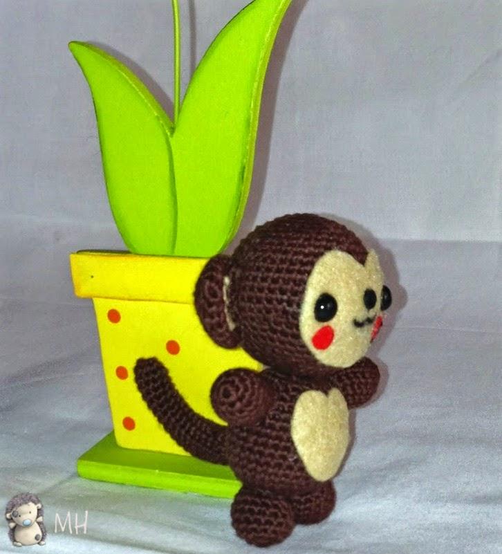 Mono amigurumi de lado