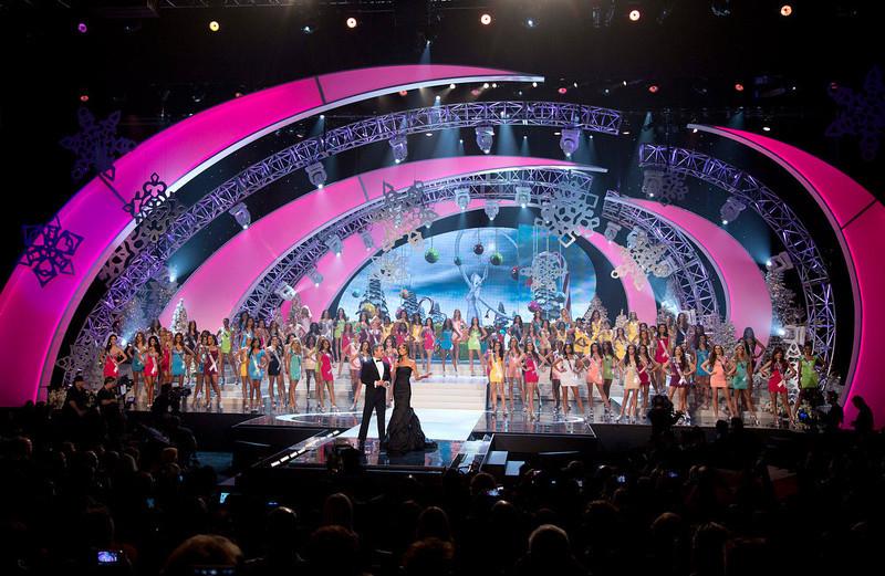 Andy Cohen e Giuliana Rancic comandaram a final do Miss universo 2012. Foto: AP Photo/Julie Jacobson