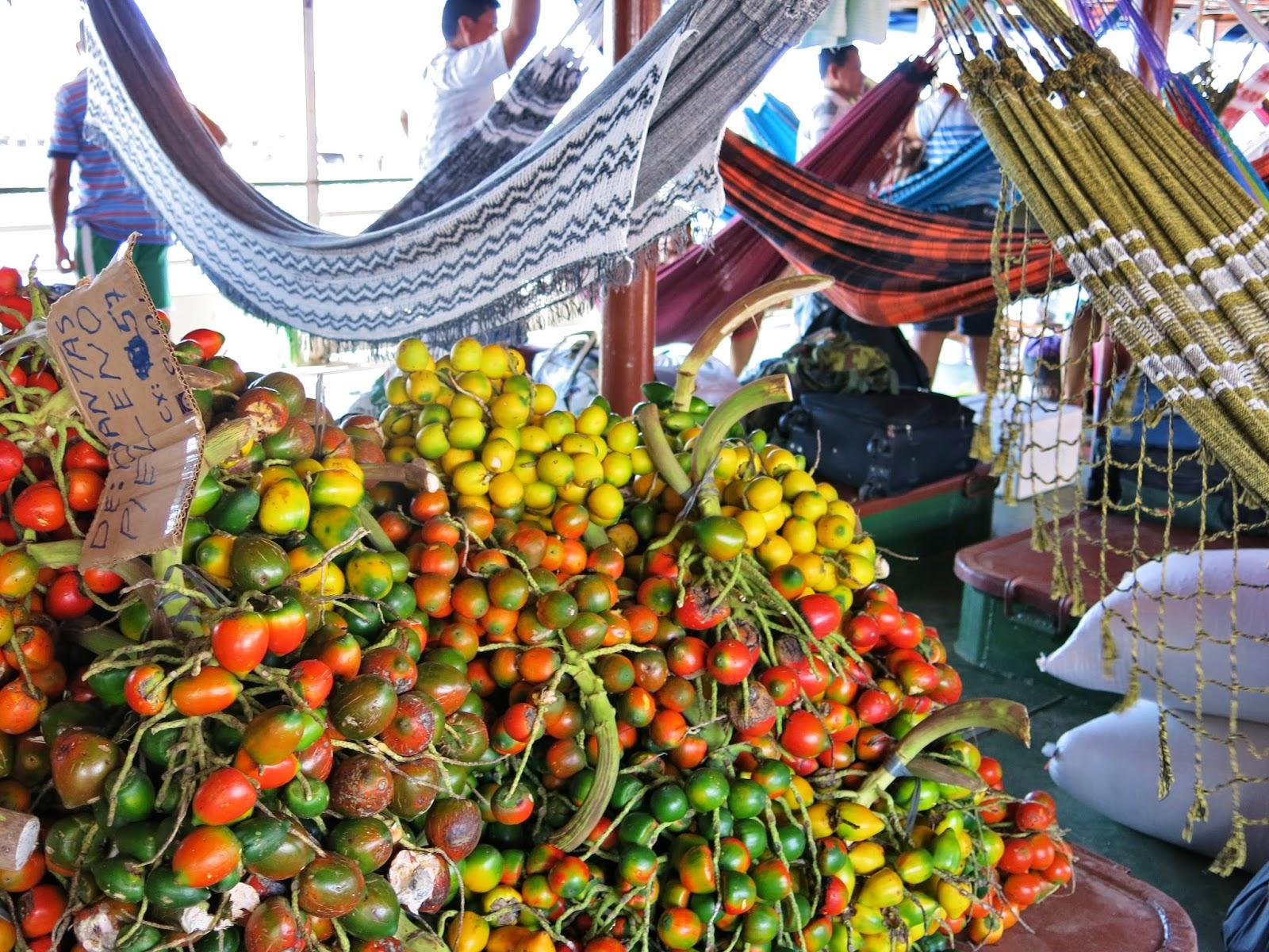 Mercadorias carregadas no primeiro andar do barco comunitário.