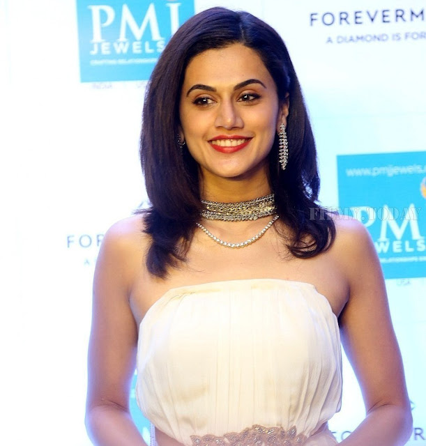 Taapsee Pannu Stylish Diamond Necklace And Ear Tops