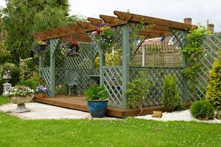 jardin con deck y pergola de madera
