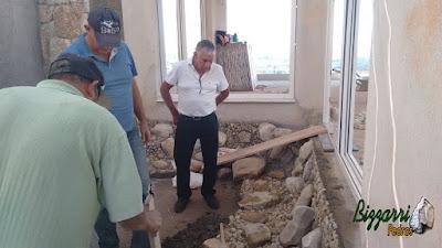 Dia 16 de setembro de 2016, Bizzarri visitando a obra e orientando na execução do lago ornamental de carpas com pedras do rio e com pedregulho do rio na sala de estar da residência em condomínio em Atibaia-SP.