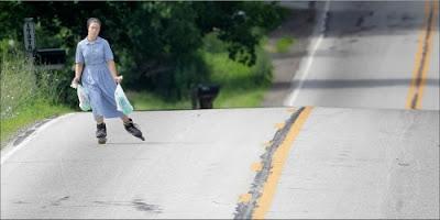 Foto divertida de mujer patinando