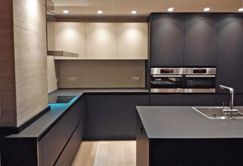 Atractiva y práctica: una cocina con el fuerte carácter del color ...