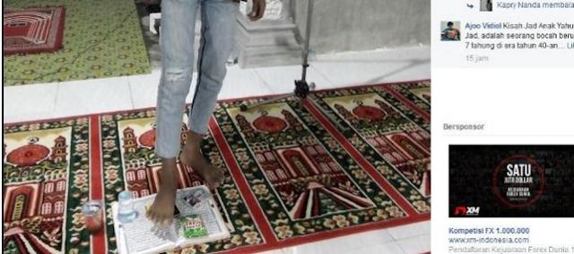 Astaghfirullah! Seorang Pria Unggah Foto Akan Injak Kitab Diduga Alquran