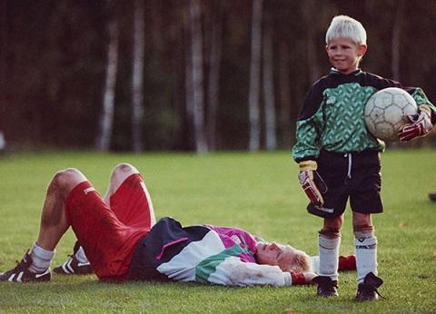 Kasper thường xuyên theo bố đến sân tập khi còn nhỏ