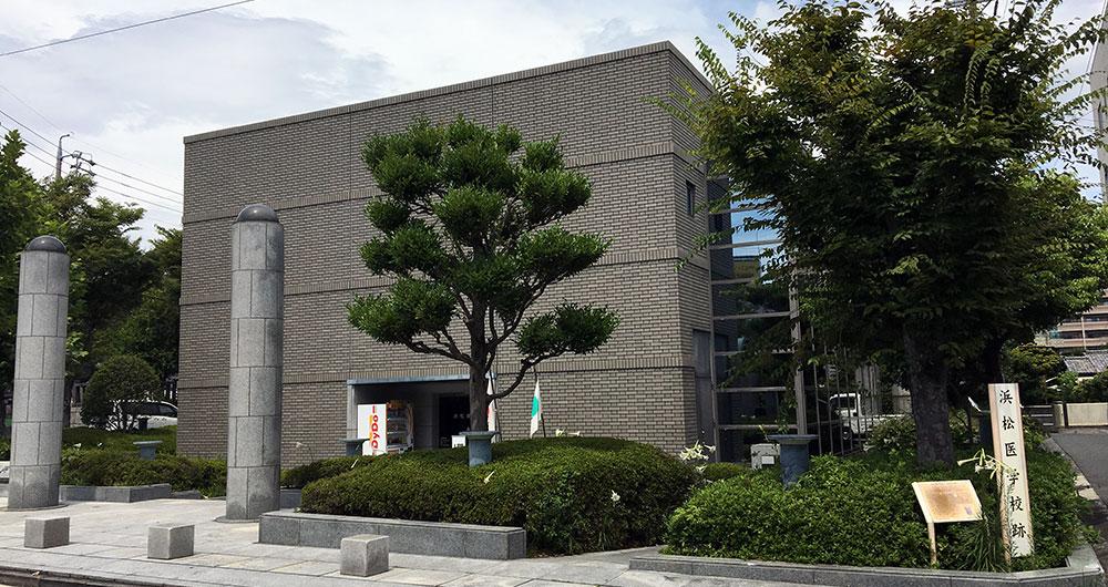秀忠の指示した諏訪神社遷座地杉山には現在浜松復興記念館が建っている(2017年8月23日撮影)