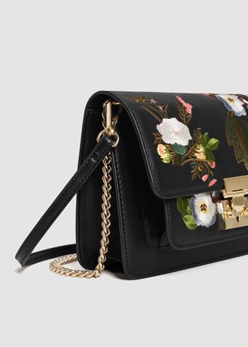 https://shop.mango.com/pl/kobieta/torebki/torba-z-kwiatowym-haftem_23030418.html?c=99&n=1&s=accesorios.accesorio;40,340,440