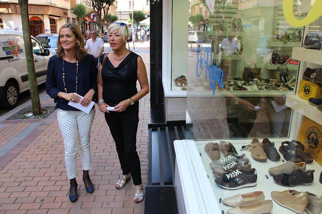 La alcaldesa y la presidenta de la asociación de comerciantes ACE, en la calle Merindad de Uribe