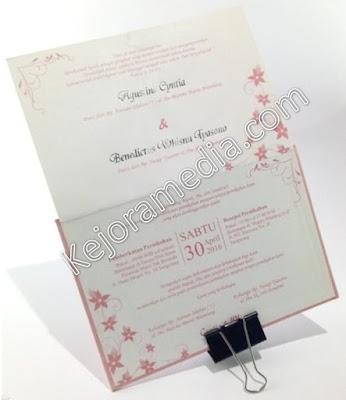 undangan perkawinan warna pink