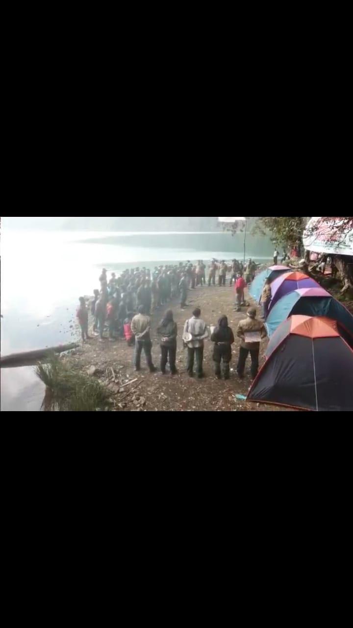 Usai Peringatan HUT RI Di Danau Gunung Tujuh,  Ajak Pengunjung Ambil Sampah
