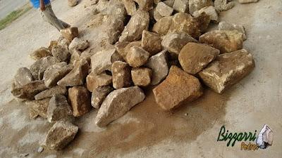 Pedra para revestimento, do tipo pedra moledo, nesse tom meio amarelado, com a espessura entre 10 cm a 17 cm.