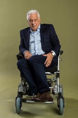 Antonio Fagundes é Alberto, dono da editora de livros Prado Monteiro.
