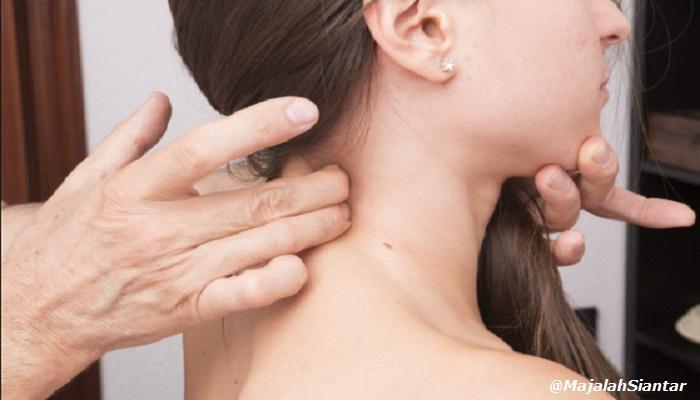 Bahaya Mengentakkan Leher Saat Pegal