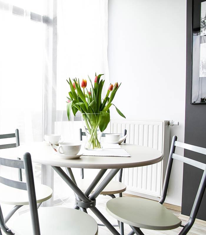 Sala de jantar decorada com flores