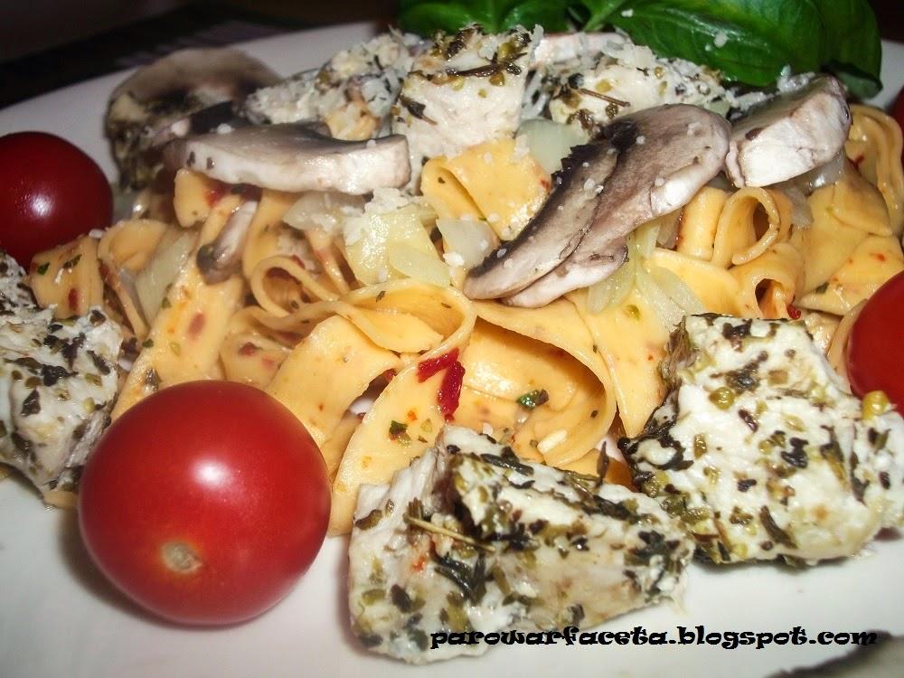 Tagliatelle z kurczakiem i warzywami na parze