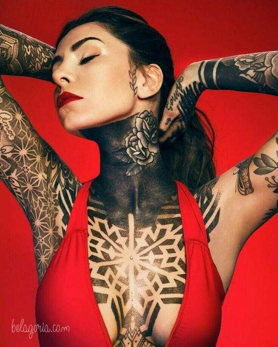 Preciosa modelo tatuada con diseños geométricos