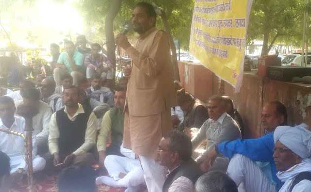 Farmers of Kisan Sangharsh Samiti on firing on their demands