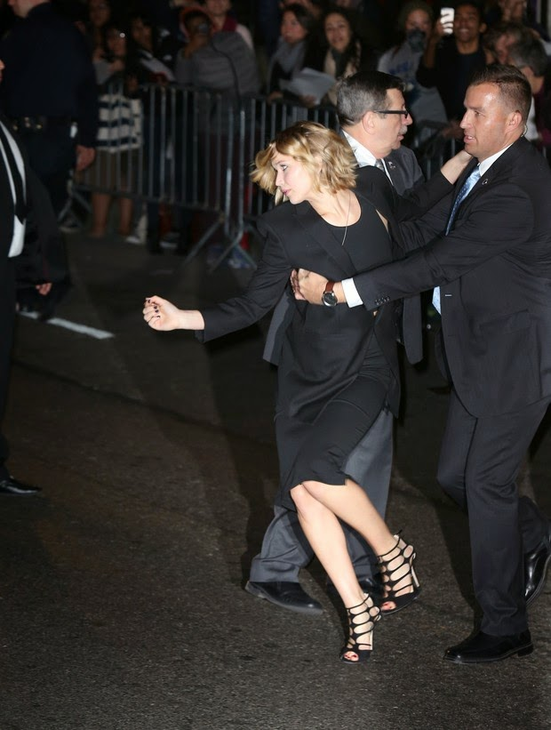Jennifer Lawrence flees fans in New York