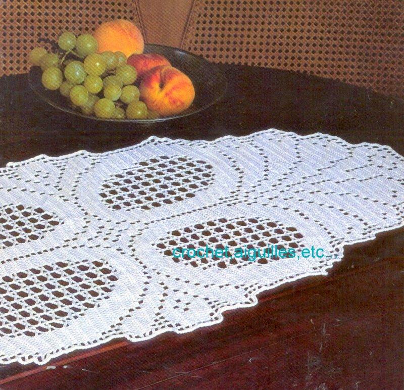 Crochet aiguilles etc napperon au motif g om trique - Napperon crochet chemin de table ...