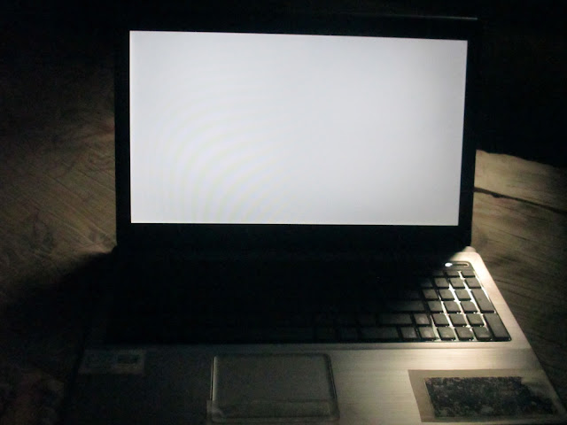 Monitor laptop blank putih