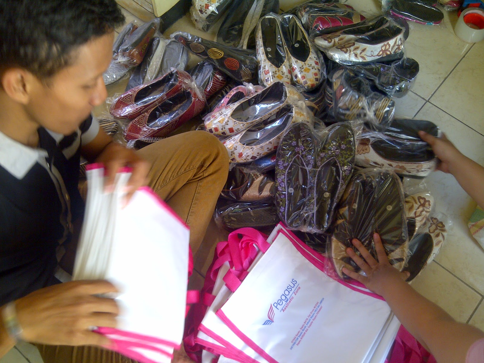 Grosir Sepatu Bordir Murah, Produsen Sepatu Bordir Murah, Grosir Sepatu Bordir Jogja, www.distributorsepatumurah.com