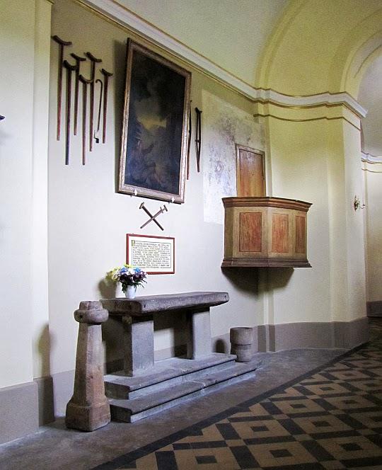 Kamienna płyta ołtarzowa, świecznik i kropielnica z początku XIII wieku oraz stara ambona z okresu dawnych pielgrzymek.