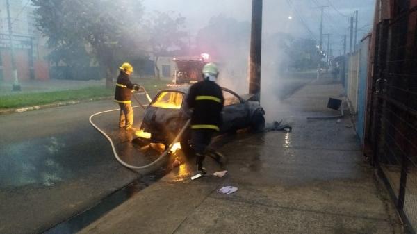 Carro bate em poste e pega fogo Mogi Mirim