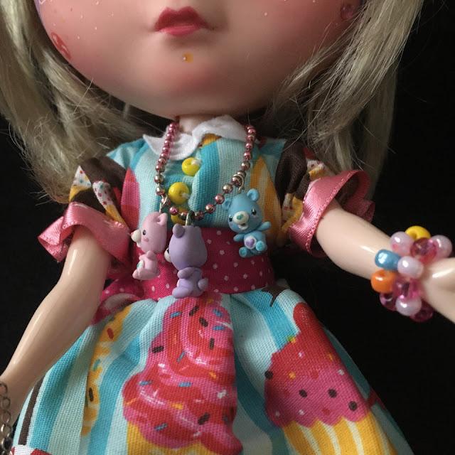 Blythe customizada, detalhe da gola do vestido, botões amarelos e colar de ursinhos carinhosos