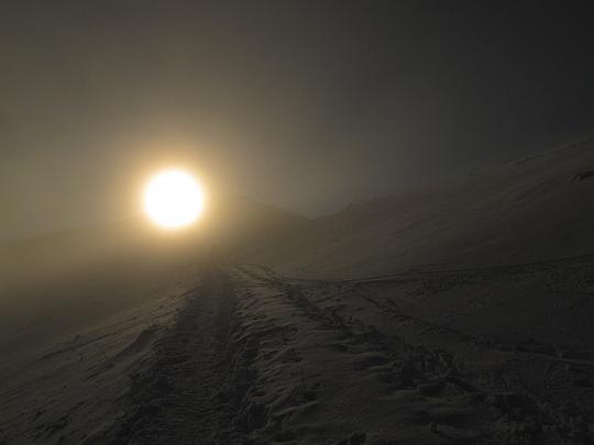 Skupniów Upłaz. Na przedłużeniu naszej ścieżki z mgły wyłania się zarys Wielkiej Kopy Królowej.