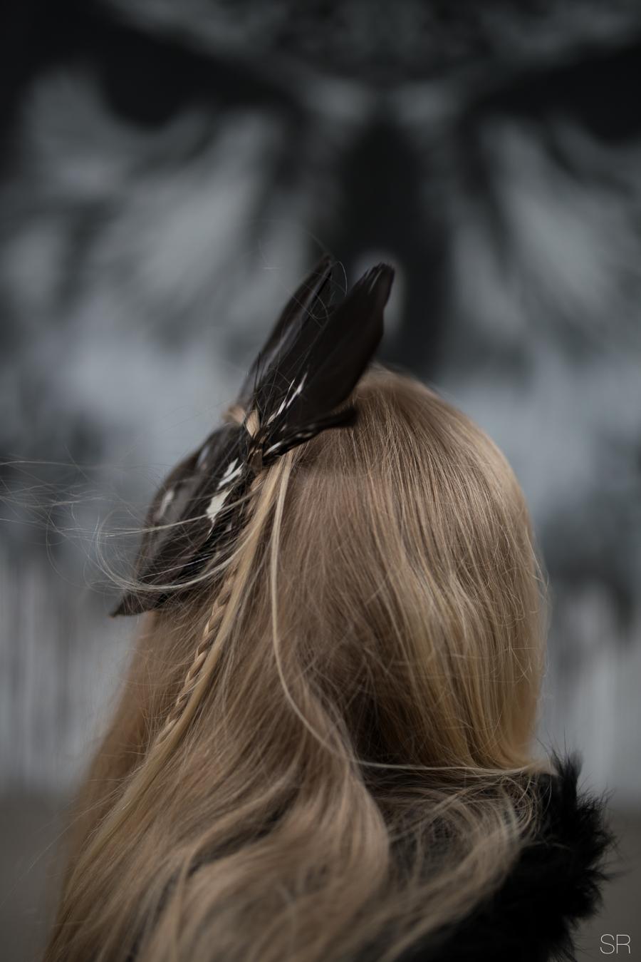 sulkakoriste hiuksissa