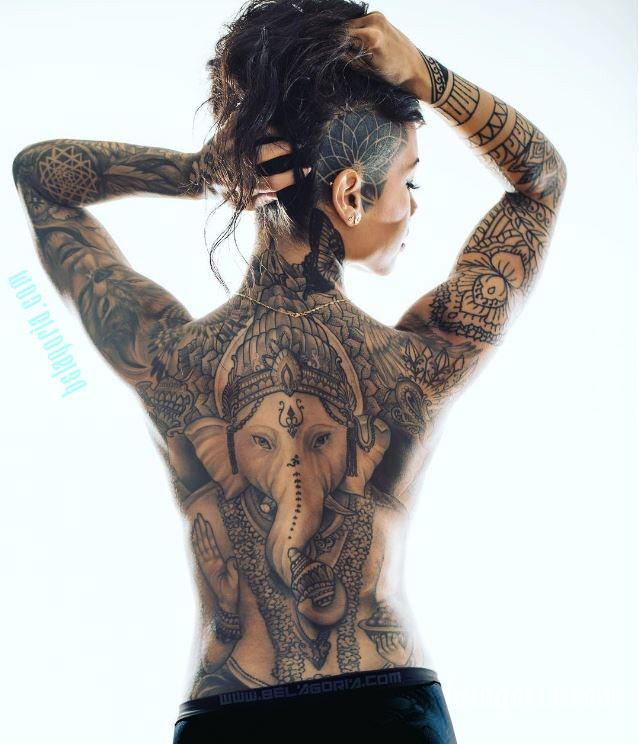 imagen de una mujer con tatuaje de ganesha en la espalda